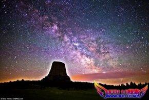 美国魔鬼塔上空的璀璨银河