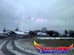 俄西伯利亚惊现外星人雪中散步(中英互译)