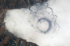 贝加尔湖面上有神秘的黑色冰圆圈