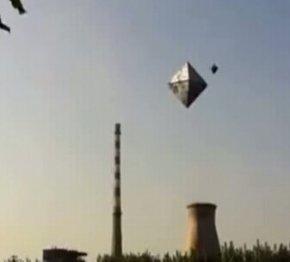 手机抓拍河北上空棱形UFO【视频】