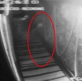 英国一酒吧监控记录到的幽灵