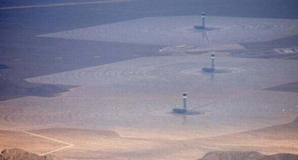 乘客飞过51区意外拍到UFO 露出部分金属机体