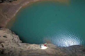 广西东兰县发现深约420米罕见天坑