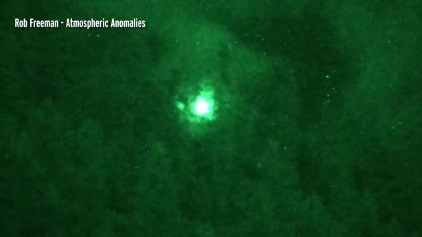 加拿大出现【绿色球形会发光】不明飞行物