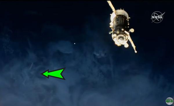 UFO疑似撞太空站!NASA拍到「神秘光球」飙速飞过,直播画面曝光