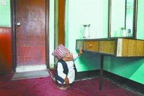 尼泊尔老翁或将成为世界最矮者(图)