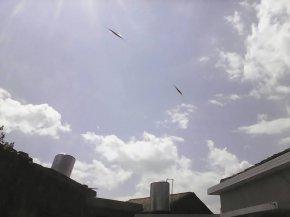 意外拍到2个ufo
